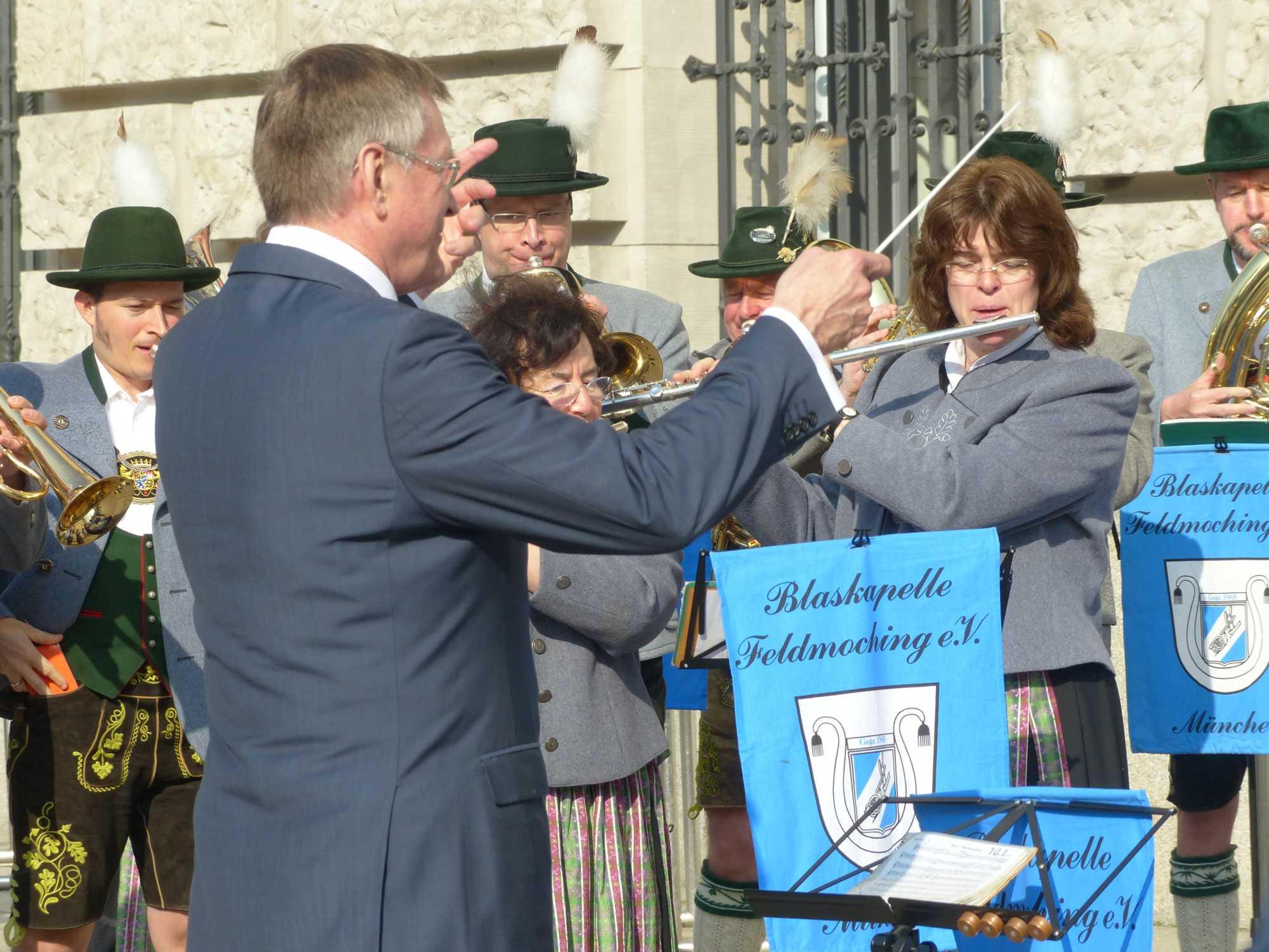 Bundestagsvizepräsident Johannes Singhammer dirigiert die Blaskapelle beim Standkonzert