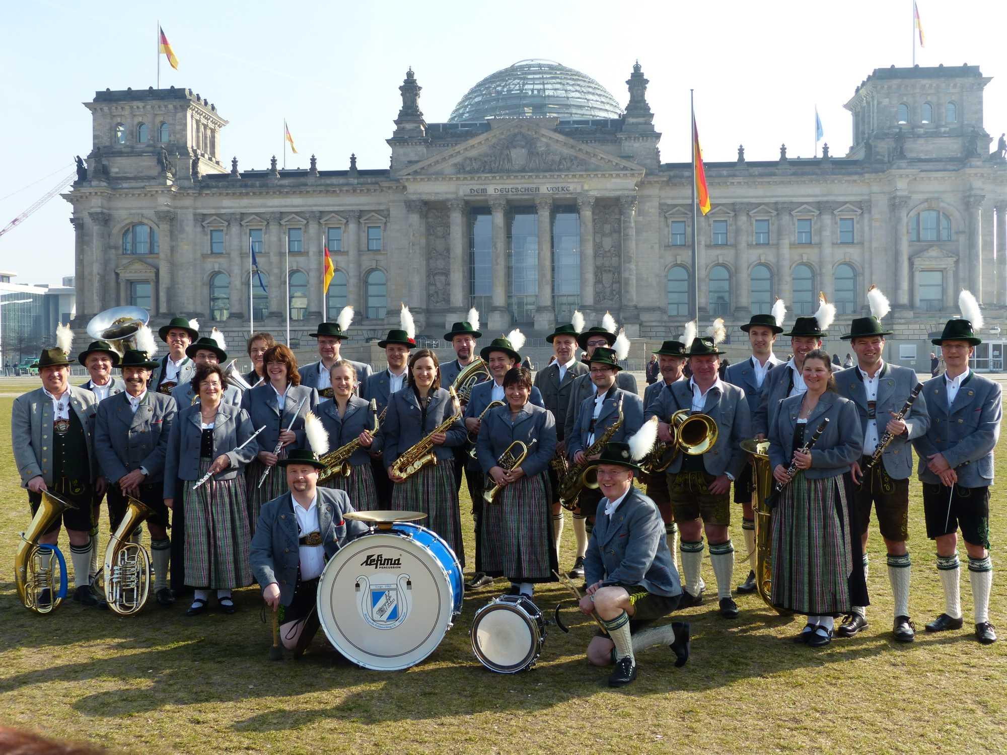Vor dem Reichstagsgebäude in der Frühlingssonne